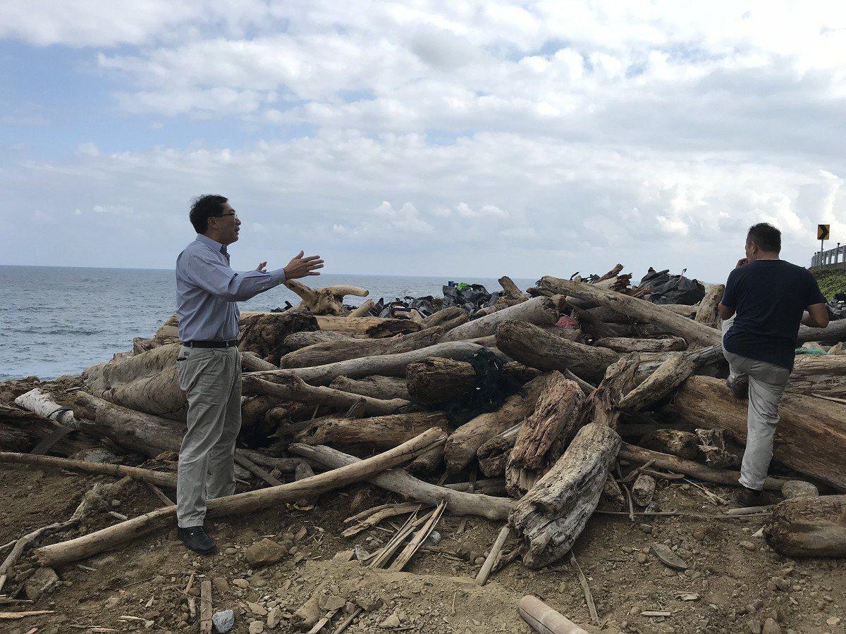瑞芳海岸也出現漂流木堆積情形,區長陳奇正特別提醒民眾,切勿任意拾取,以免觸犯森林...