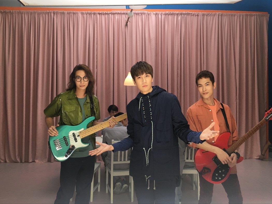 主唱小玉(中)、貝斯手方Q(左)、吉他手阿奎(右)新MV大玩互動遊戲。圖/相信音