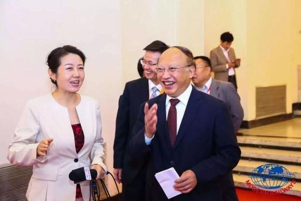中國工程院院士、中鐵總顧問何華武(右)表示,中國無人駕駛高速列車正在北京到張家口...