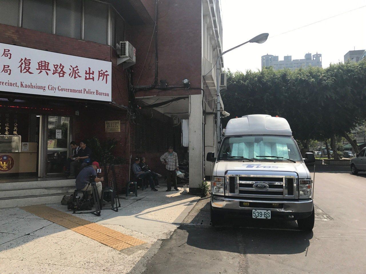 今天上午一早大批媒體聚集前鎮分局復興路派出所。記者劉星君/攝影