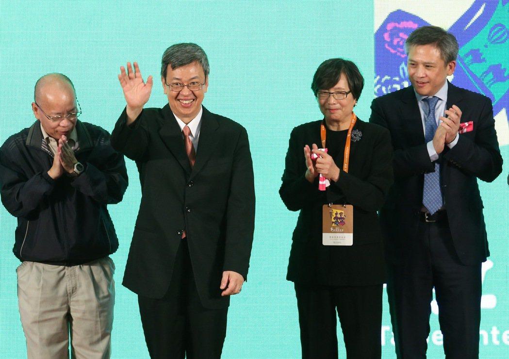 國際旅展開幕,是在台最受歡迎的展覽之一,受邀出席的政務委員張景森(左起)、副總統...