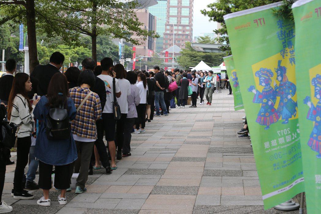 國際旅展開幕,是在台最受歡迎的展覽之一,一早吸引不少廠商進入準備,迎接中午湧入的...
