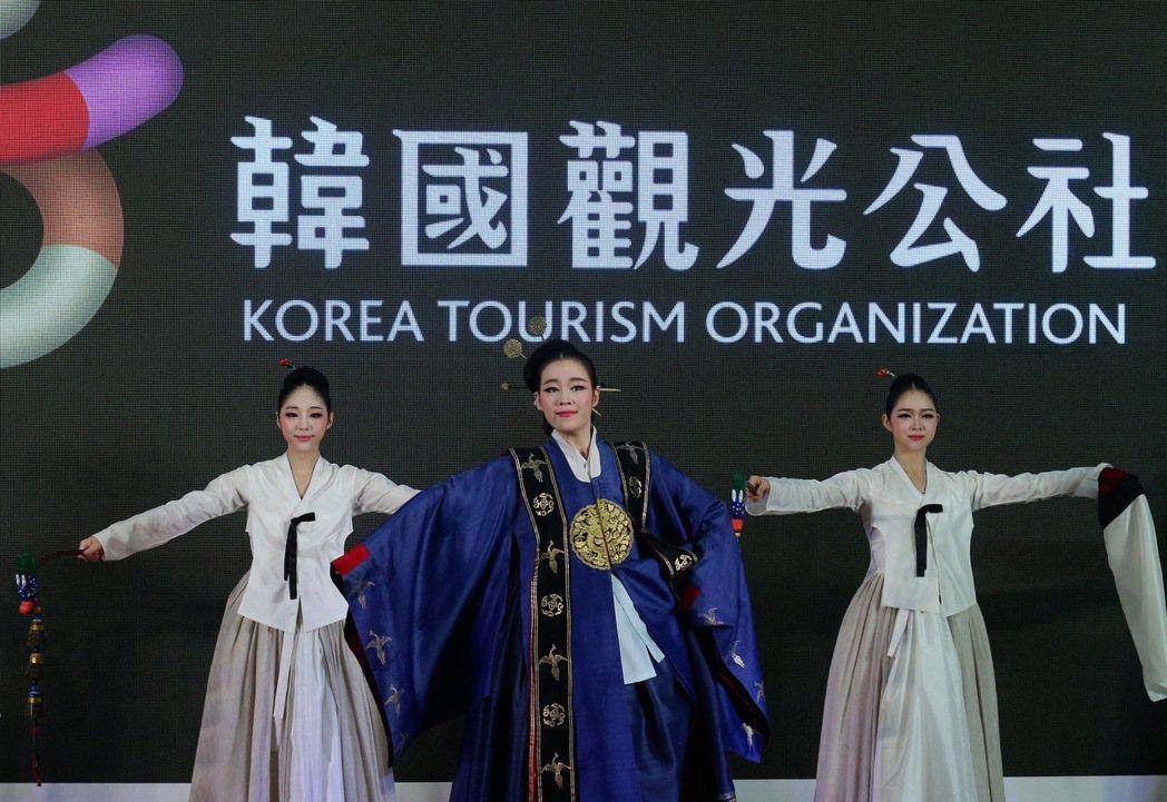 國際旅展開幕,韓國觀光公社表演傳統舞蹈吸引來韓觀光。記者許正宏/攝影