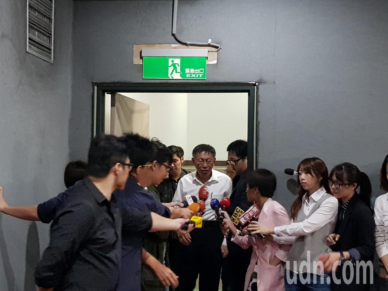 台北市長柯文哲今早參加交通會報前,剛走出樓梯間就拔腿快跑,閃避媒體進入會場,未回...