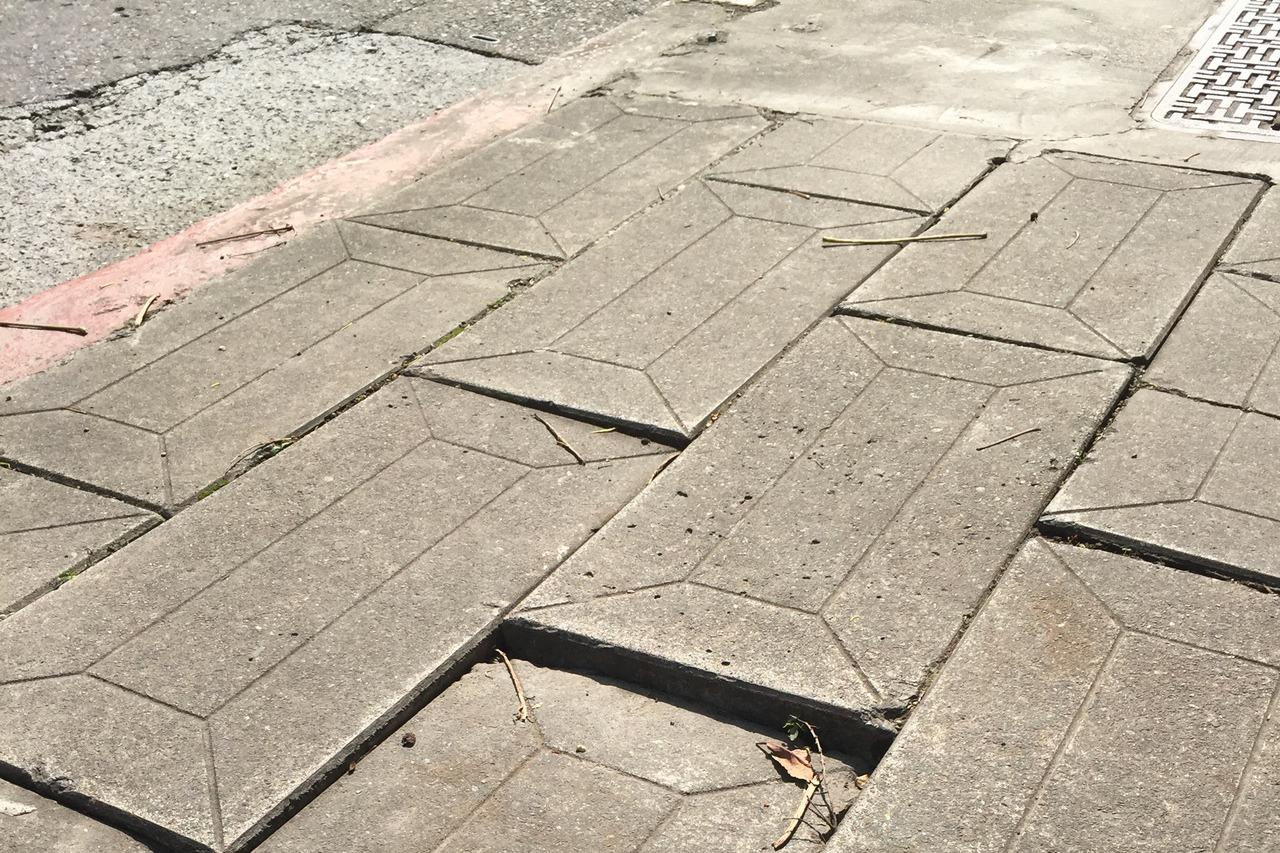 中視新聞前女主播母坐輪椅在人行道重摔,市府拒國賠。圖為案發時人行道鋪面。記者楊正...
