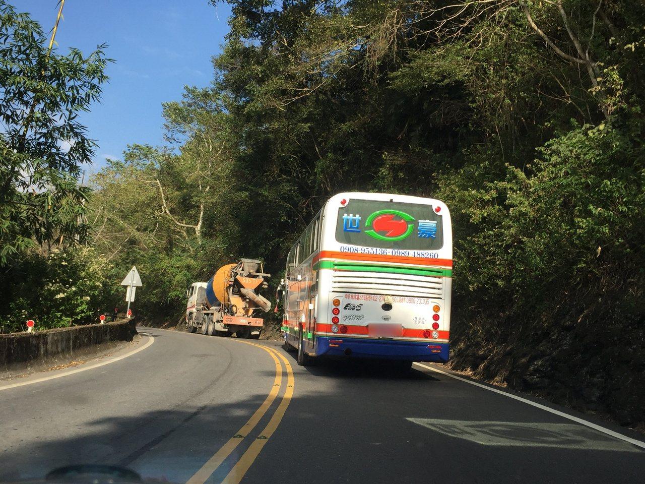 遊覽車是清境地區旅遊重要交通工具,當地居民和觀光業者擔心限制車種,將嚴重衝擊觀光...