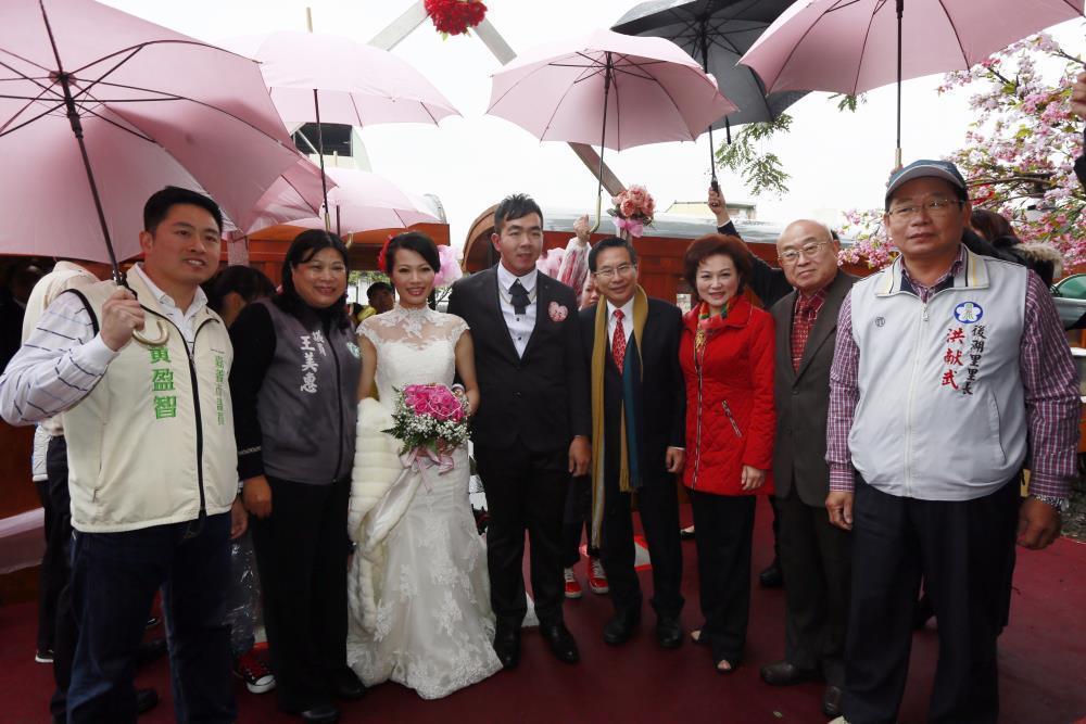 嘉義市府辦集團結婚,安排新人搭乘阿里山檜木小火車進入會場。圖/嘉義市政府提供