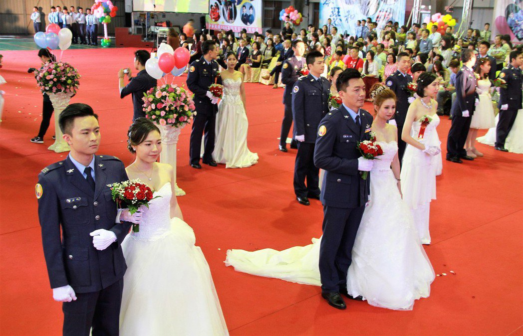 空軍日前在嘉義基地舉辦集團結婚,80對新人搭乘彩繪軍機到場參加婚禮儀式。記者卜敏...