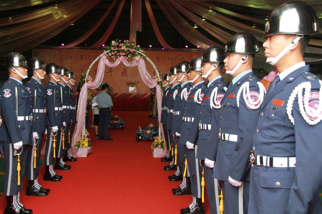 空軍日前在嘉義基地舉辦集團結婚,新人進場時,儀隊一字排開相迎。記者卜敏正/攝影