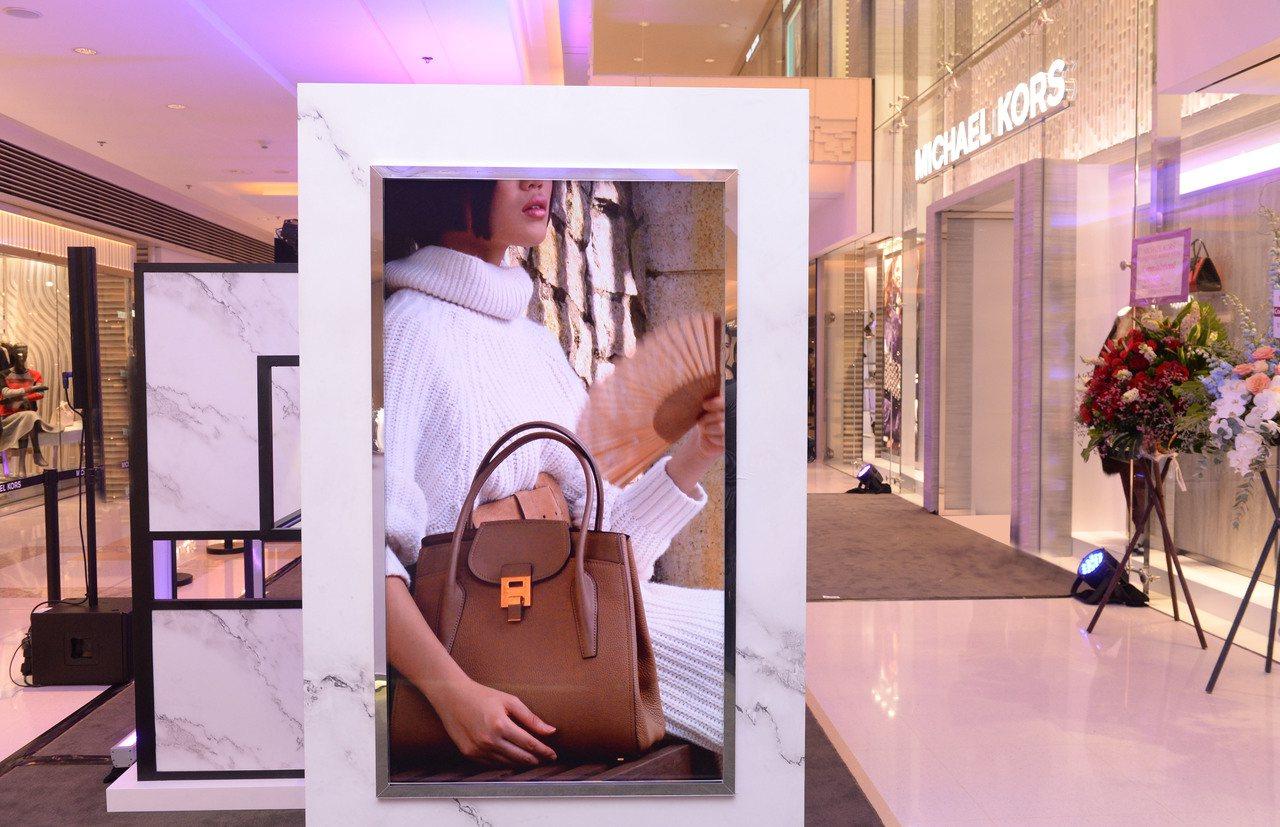 MK香港九龍圓方店開幕同步展出攝影師戴尚安作品。圖/MICHAEL KORS提供