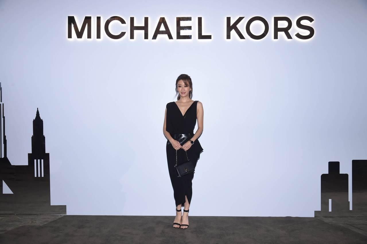 謝婷婷身穿2017秋冬系列裙裝,詮釋得相當到位。圖/MICHAEL KORS提供