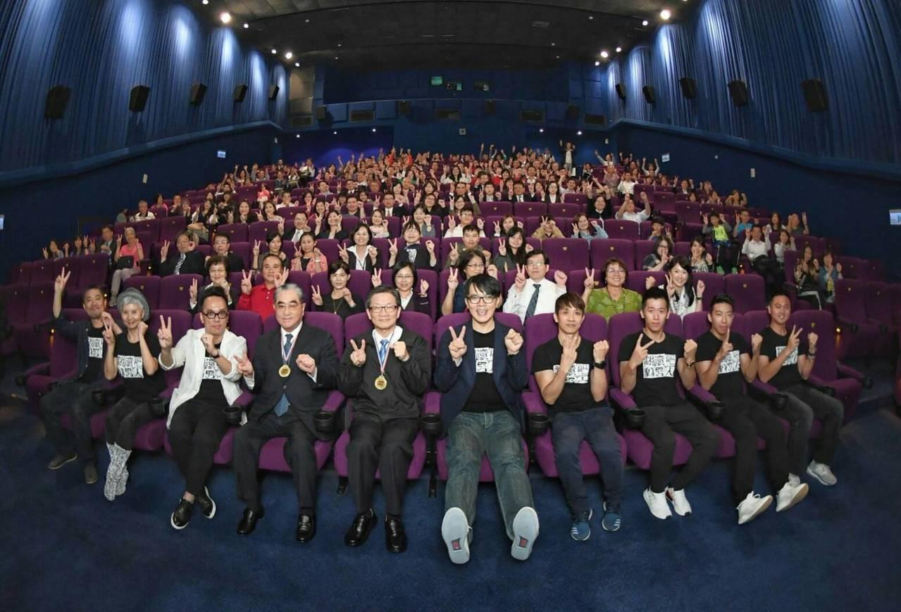 華南金(2880)獨家冠名贊助的電影紀錄片《翻滾吧!男人》今日全台上映,董事長吳...