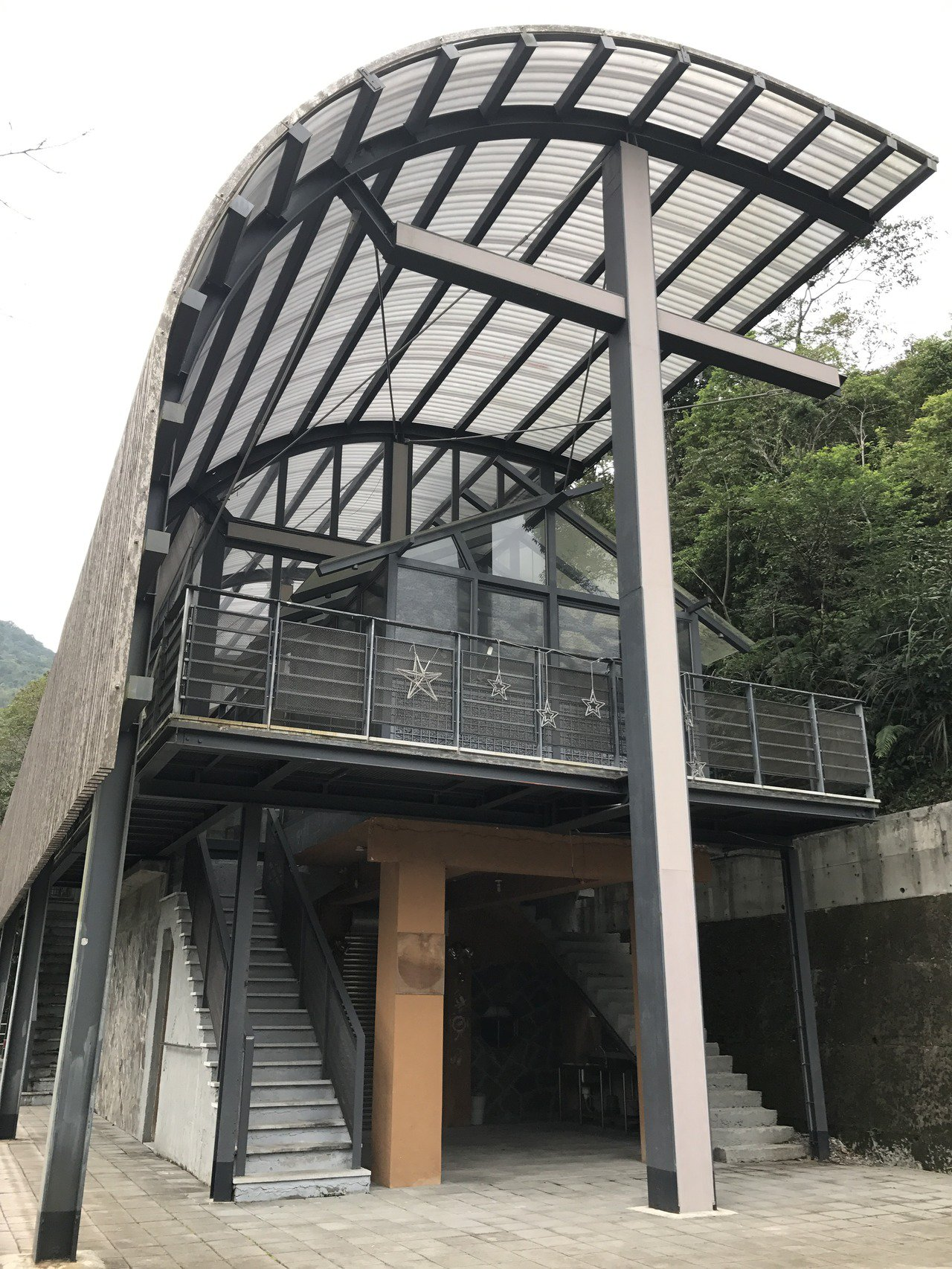 林慶台牧師的「方舟計畫」修建的福山教會,以十字架包圍、支撐主體,成為福山部落新地...