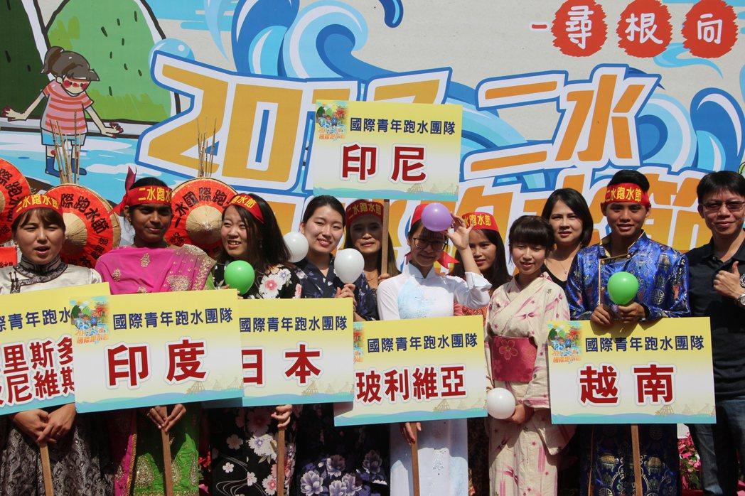 二水跑水節今天在林先生廟宣傳暖身,來自各國的國際學生也將會參加跑水活動。記者林宛...