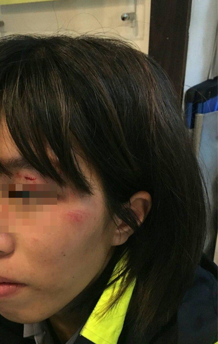 女警執勤遭醉漢徒手毆打。記者蕭雅娟/翻攝
