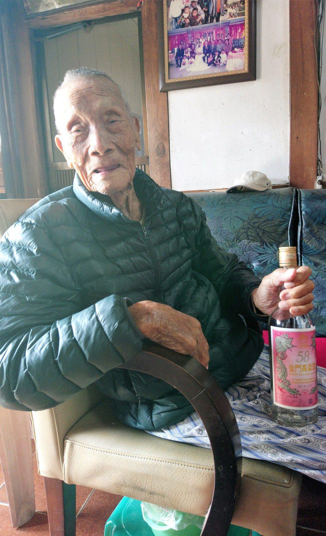 陳爽生於民國4年,雖然超過百歲高齡,仍然耳聰目明、不需要助聽器,說起話更是聲音宏...
