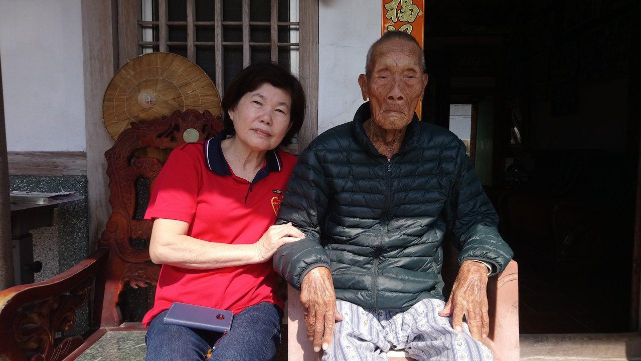 義竹鄉長顏蔡淑惠(左)今天探望人瑞陳爽,與他閒話家常。記者卜敏正/嘉義縣報導