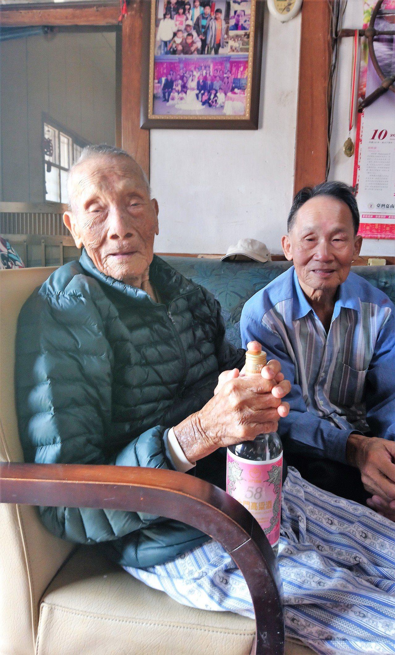陳爽(左)的二兒子陳清吉(右)直言,父親身體好、睡前會喝1杯高粱,午睡起床還會自...