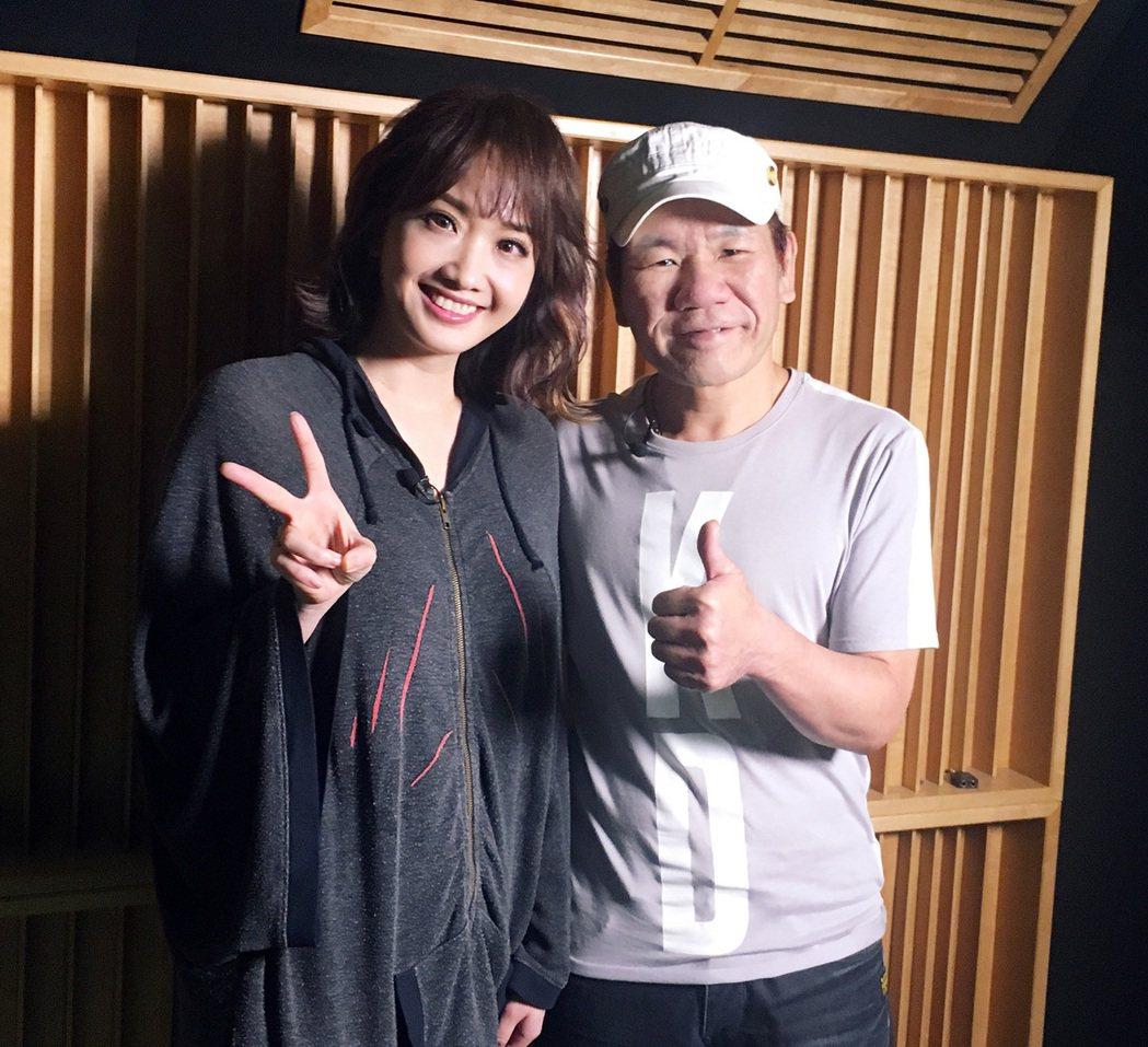 朱俐靜(左)替趙傳(右)錄製新歌「解脫的自由」,幫忙打歌。圖/旋風音樂提供