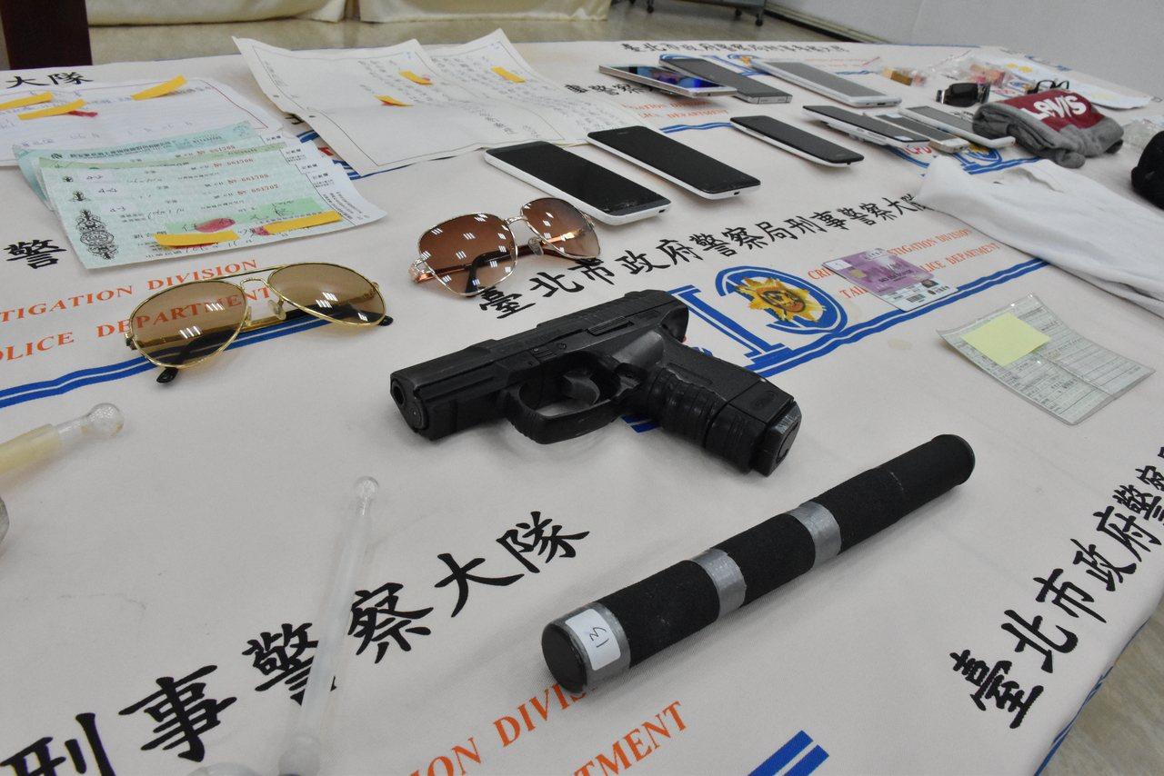 警方除暴專案,查獲空氣槍等證物。記者蕭雅娟/攝影
