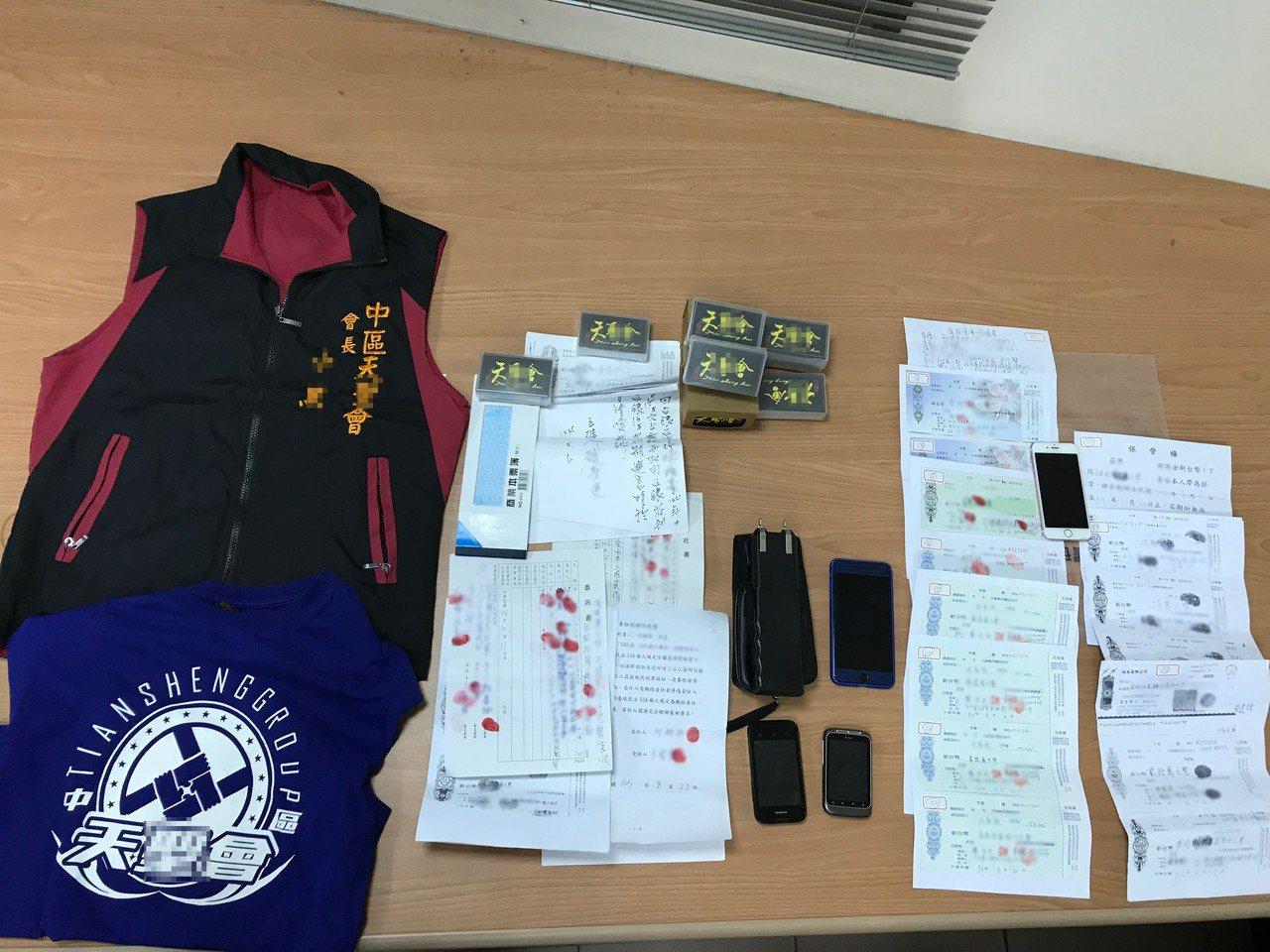 警方在逮捕王男後,現場起出行動電話、球棒、電擊棒、本票、委託書、借據等相關證物。...