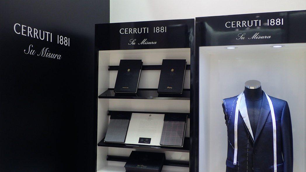 在Cerruti 1881的台北101專賣店中,陳列了可供訂製的布料、配件挑選區...