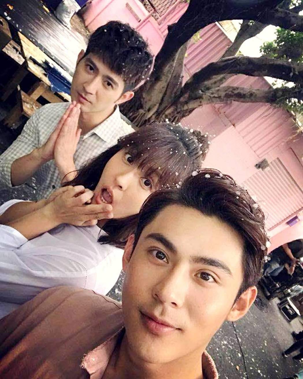 簡宏霖(左起)魏蔓和陳奕大玩三人行。圖/三立提供