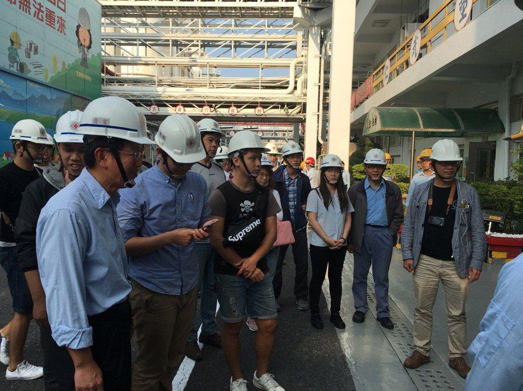 中山大學環工所碩士班學生赴台塑仁武廠參觀。