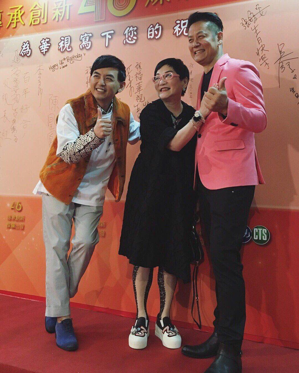 張小燕(中)、徐乃麟(右)和黃子佼當年是「綜藝萬花筒」三代主持人。圖/艾迪昇提供