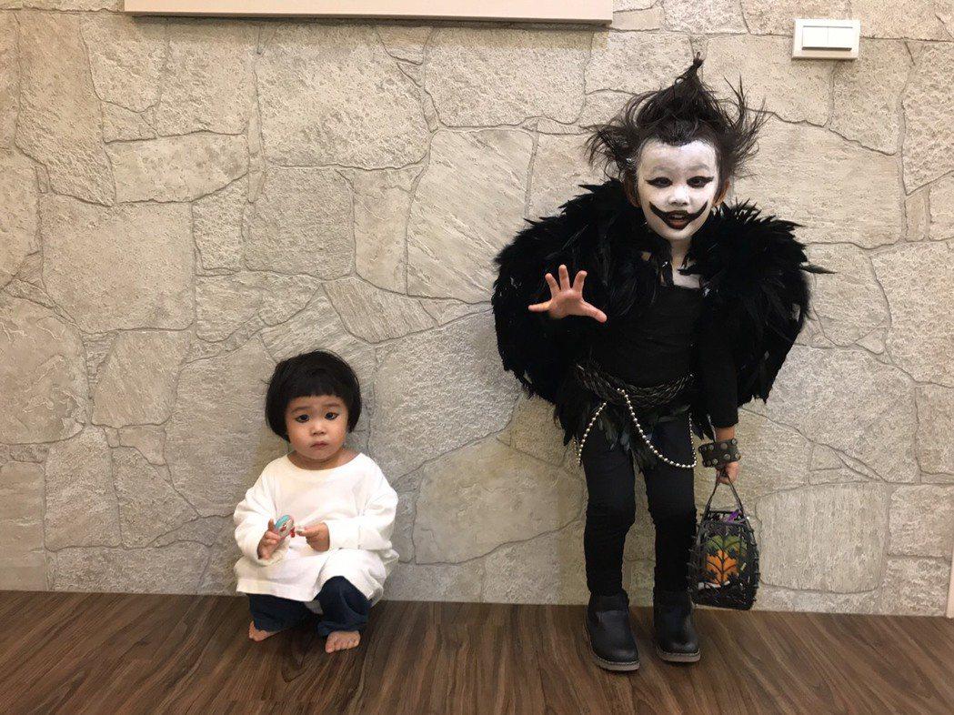萌萌(右)今年萬聖節扮死亡筆記本的死神路克,妹妹又差點被嚇哭。 圖/伊林提供