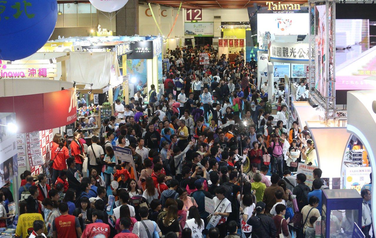 台北國際旅展開幕,國內外各地旅遊景點都派出團隊來介紹,吸引民眾前往參觀比較。記者...