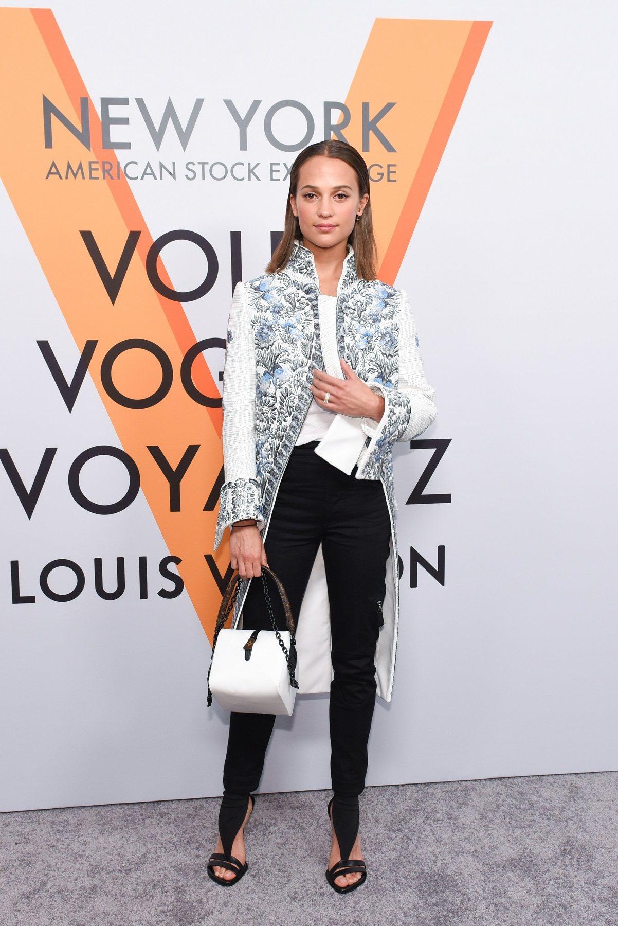 艾莉西亞薇坎德以全新的2018春夏服裝及包款出席紐約活動。圖/LV提供