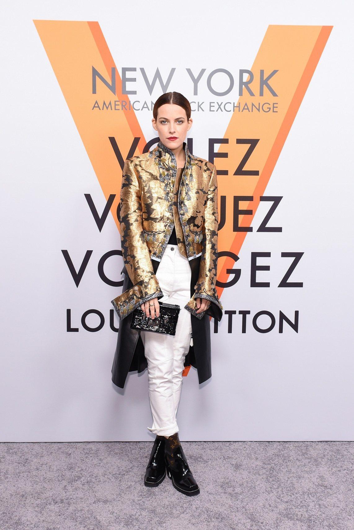 芮莉・克亞芙的金色系的宮廷風修身刺繡外套華麗奪目。圖/LV提供