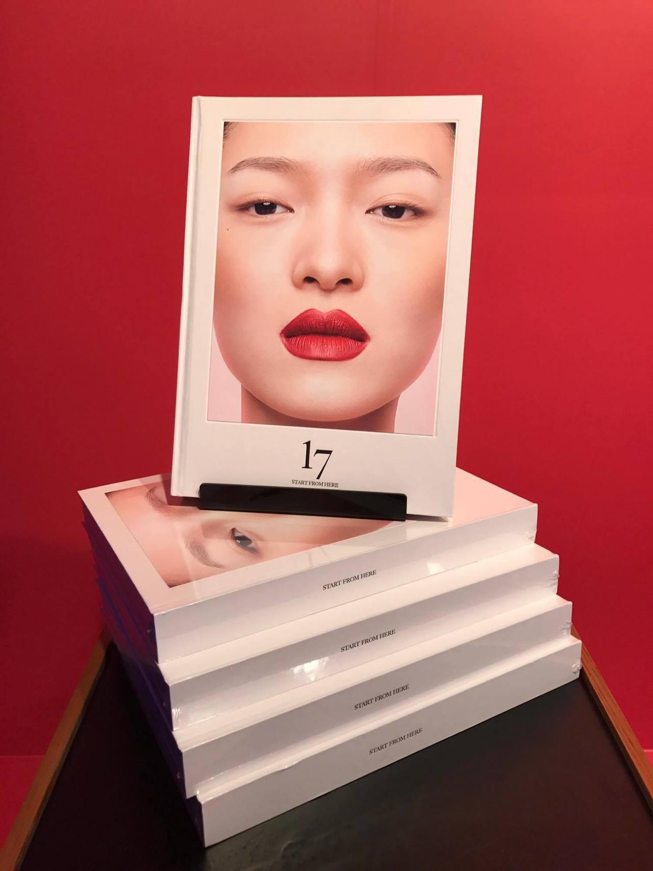 《17》多達300多頁,其中收錄了不少老照片,還有前進首爾、上海、北京、紐約各地...