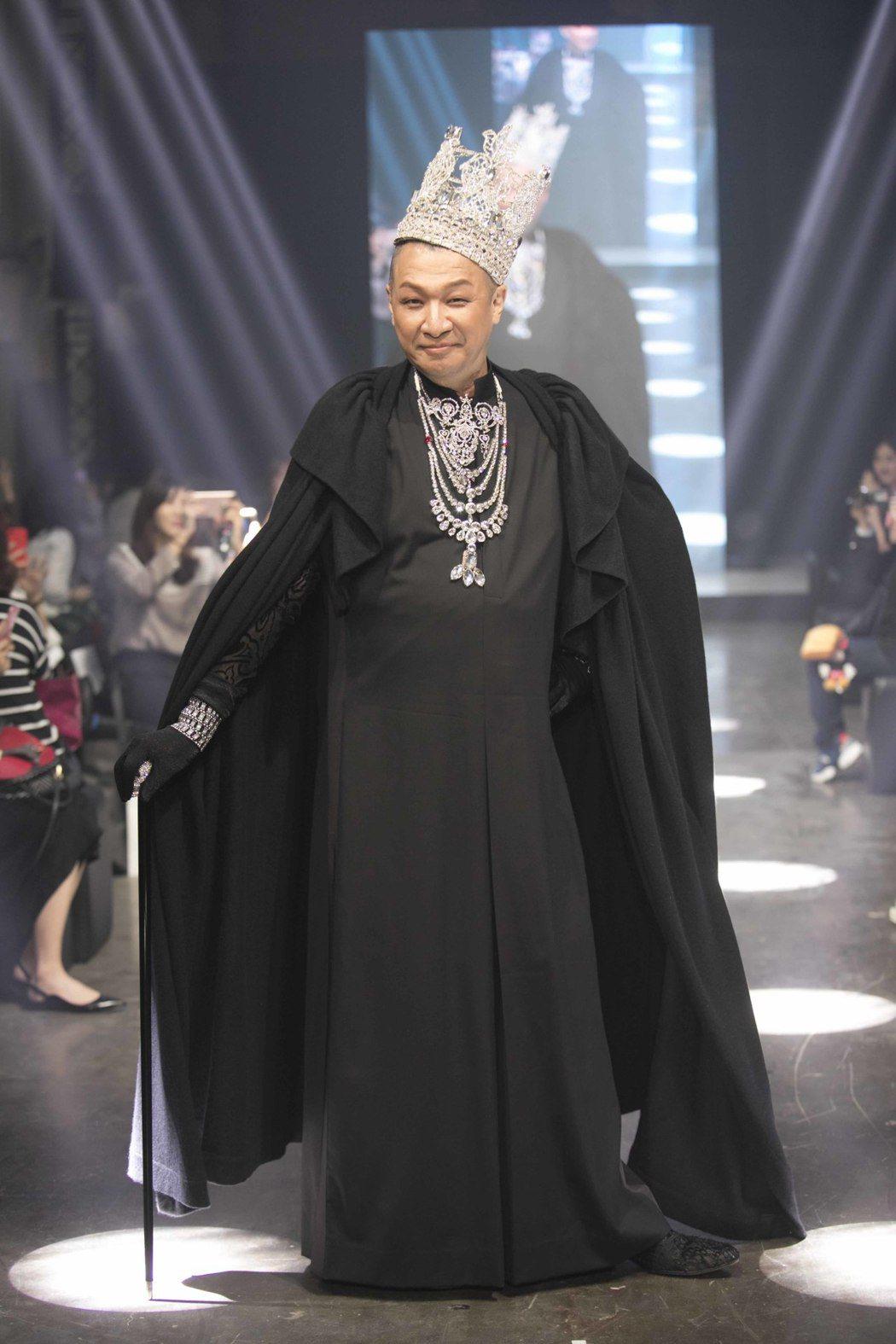 洪偉明為小凱老師站上KAI DELUXE時尚伸展台。圖/KAI DELUXE提供