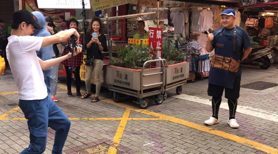 林志穎(左)再度為哥哥的腸粉拉抬生意。圖/摘自臉書