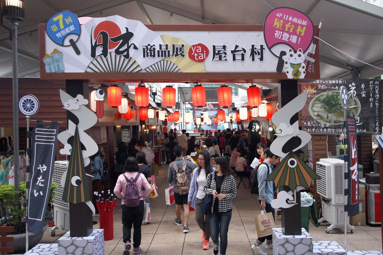 新光三越台北信義店日本展,今年在A11四樓推出充滿日本庶民風情的屋台村。圖/新光...