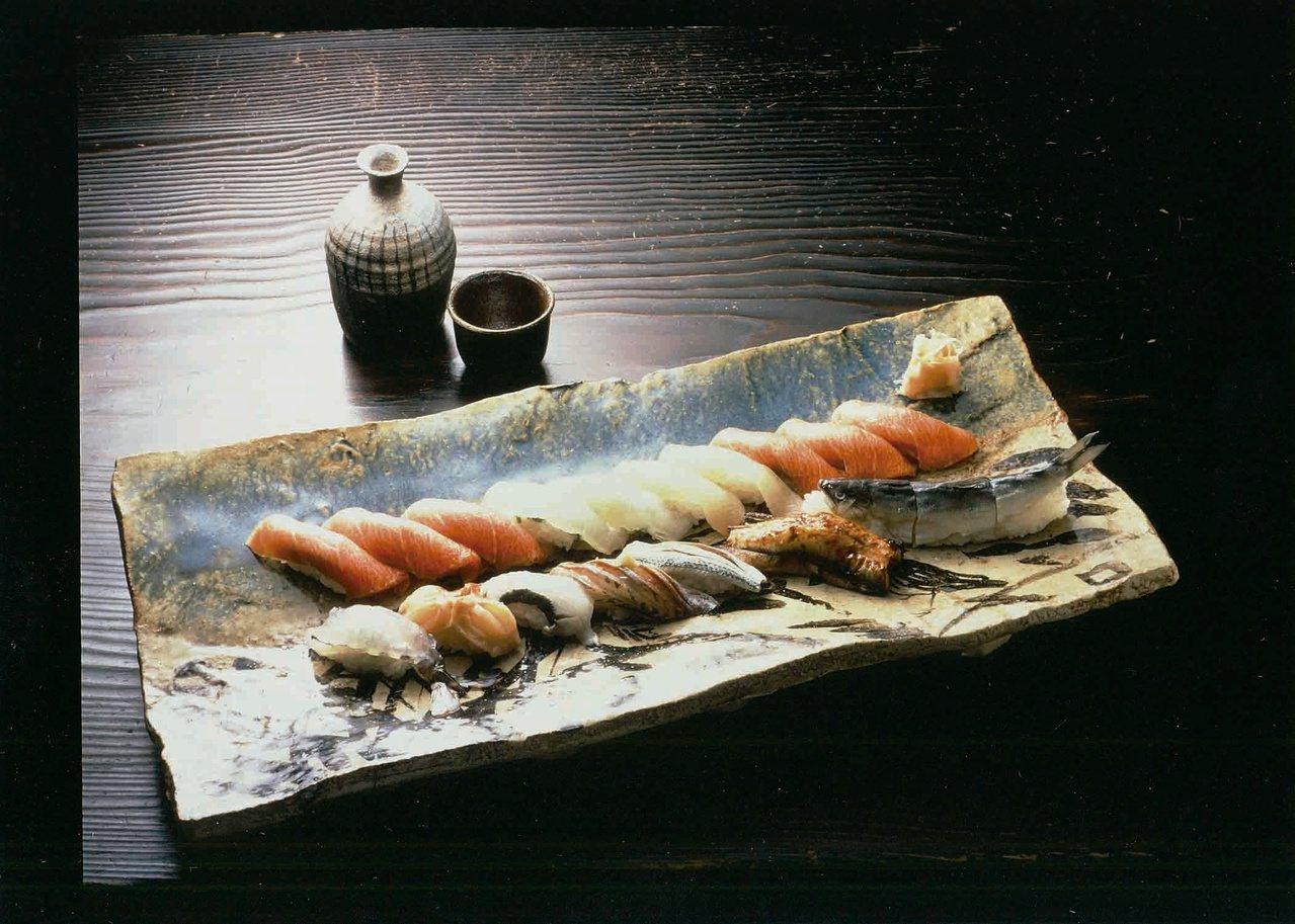 銀座久兵衛壽司套餐6貫1,600元,16貫4,300元。圖/新光三越提供
