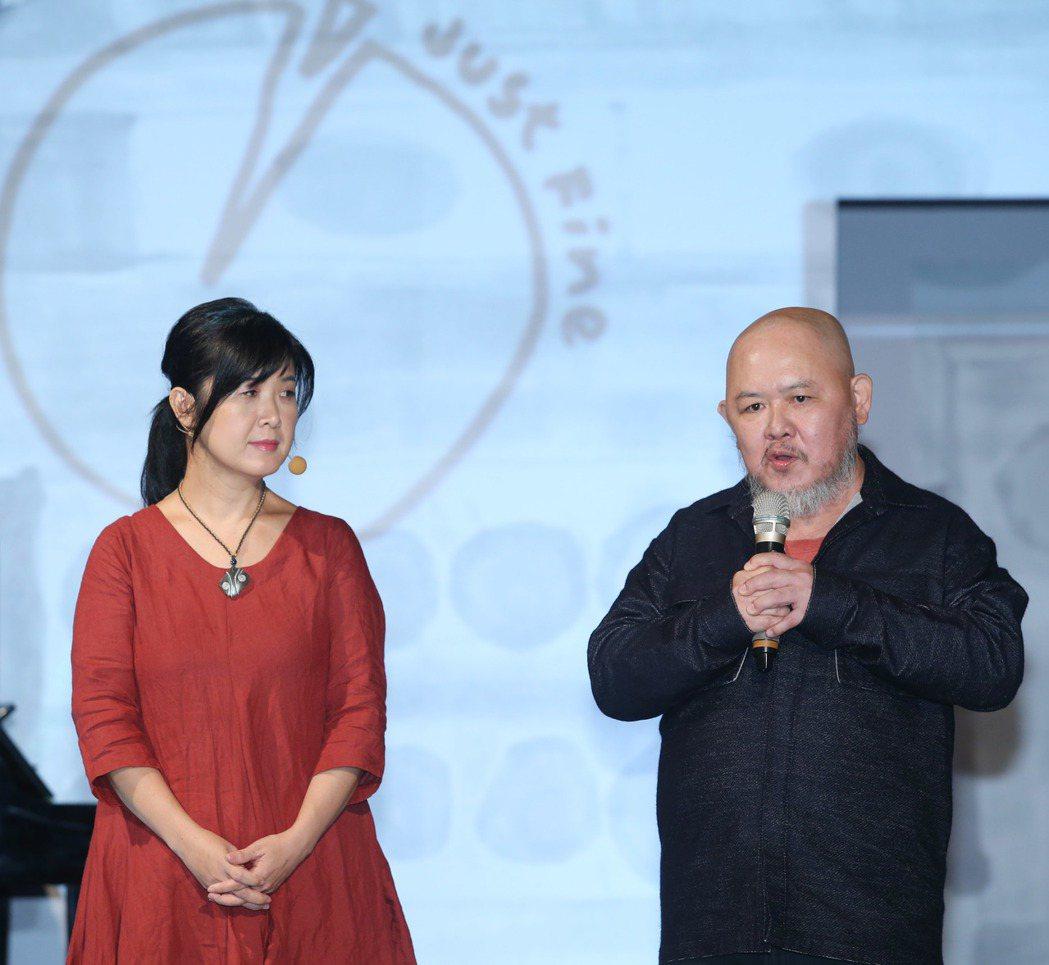 林正盛(右)與太太韓淑華出席「簡單,就好 Just Fine」設計展。記者陳瑞源