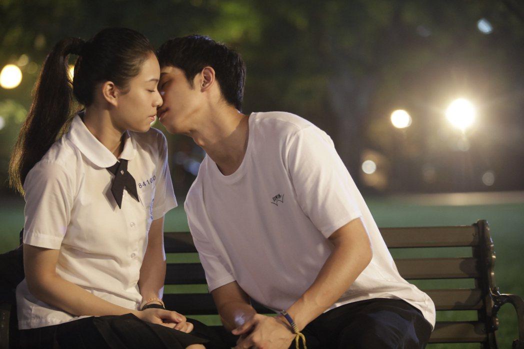 劉以豪(右)、宋芸樺(左)在「帶我去月球」中有吻戲。圖/星泰提供