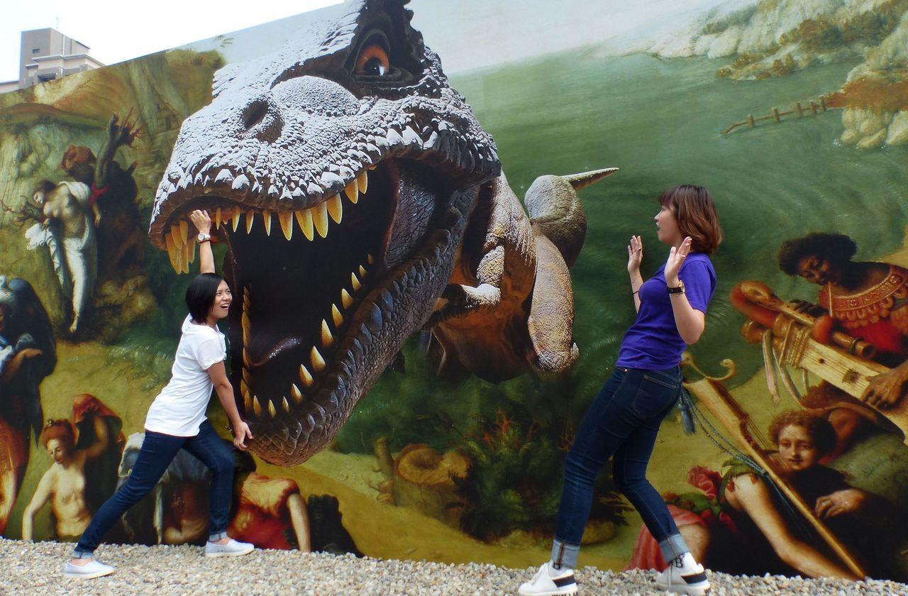 《英仙座解救仙女座》有恐龍亂入,吸引遊客合影打卡。記者趙容萱/攝影