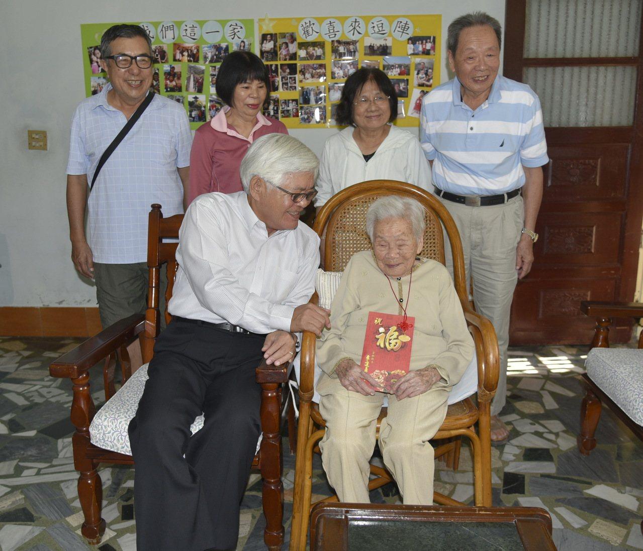雲林縣長李進勇拜訪雲林縣百歲人瑞,並致贈敬老金。記者蔡維斌/攝影