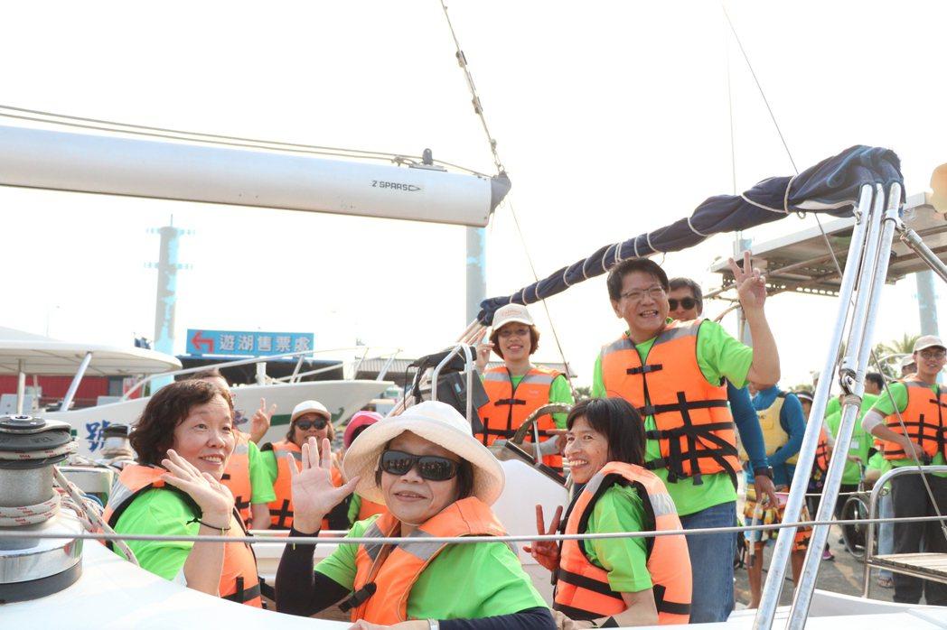 屏東縣長潘孟安(右)陪身障者搭遊艇出海。記者潘欣中/攝影