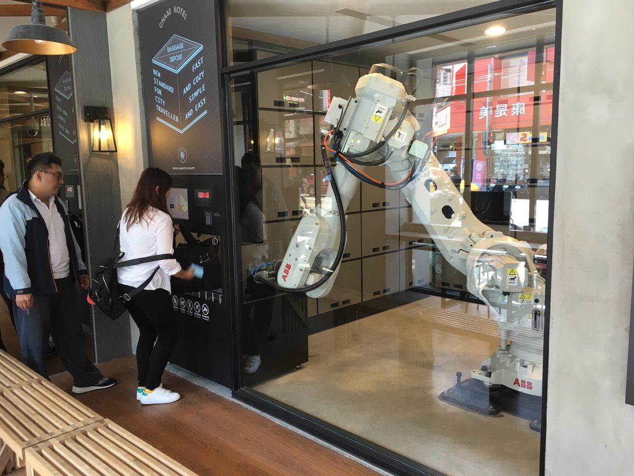「鵲絲」旅店有機器人可為旅客提供行李存取等服務。記者宋健生/攝影
