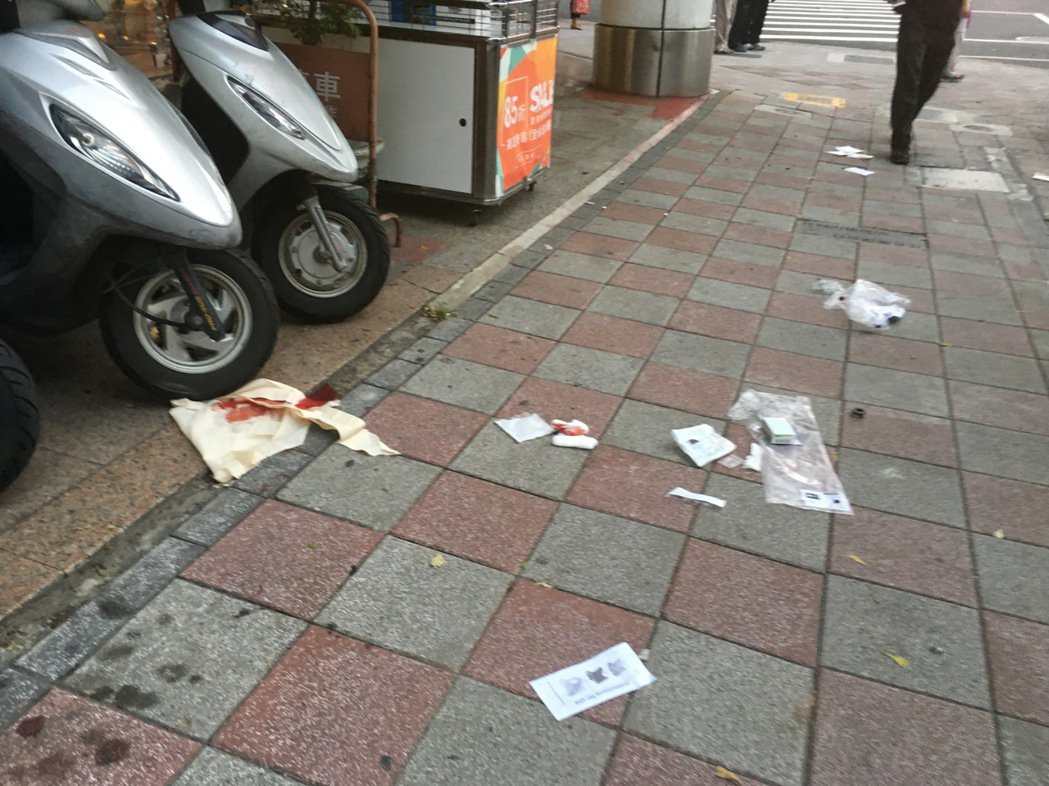 路邊還留有傷者血跡。記者李承穎/攝影