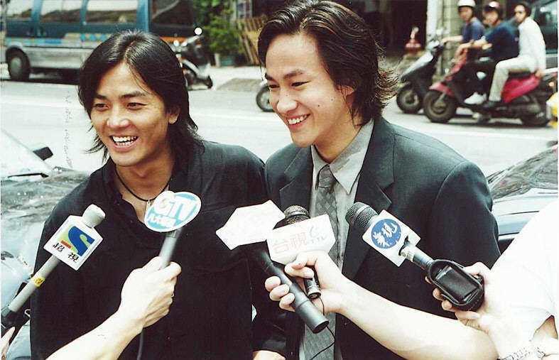 鄭伊健(左)與何潤東拍「古惑仔」系列「勝者為王」被騷擾,隔天繼續開工,回答媒體的