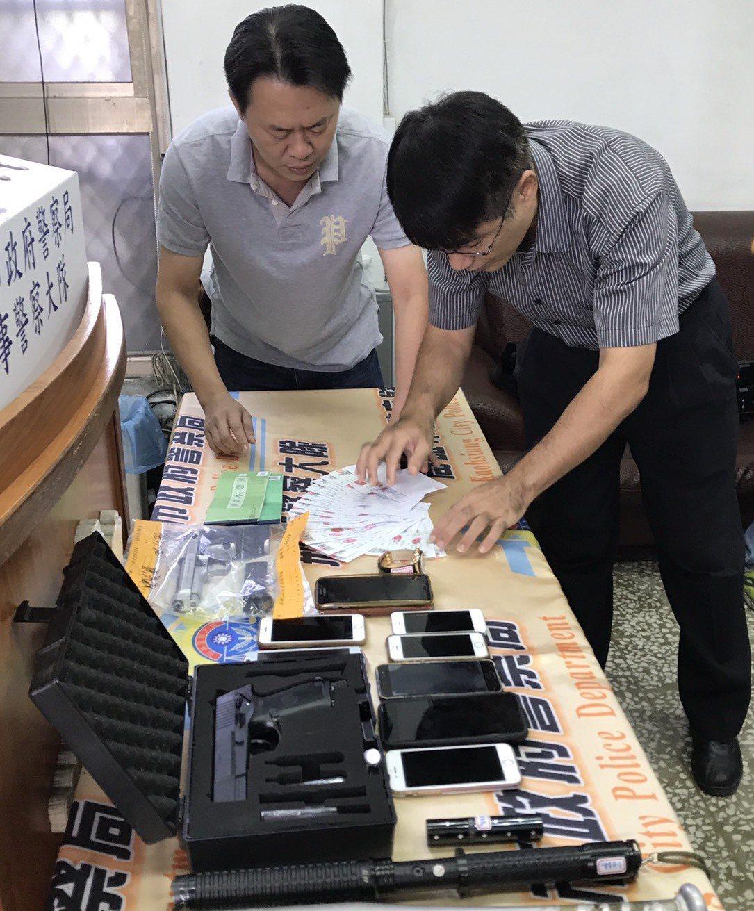 警方查扣棍棒、改造槍枝等物品。記者劉星君/翻攝