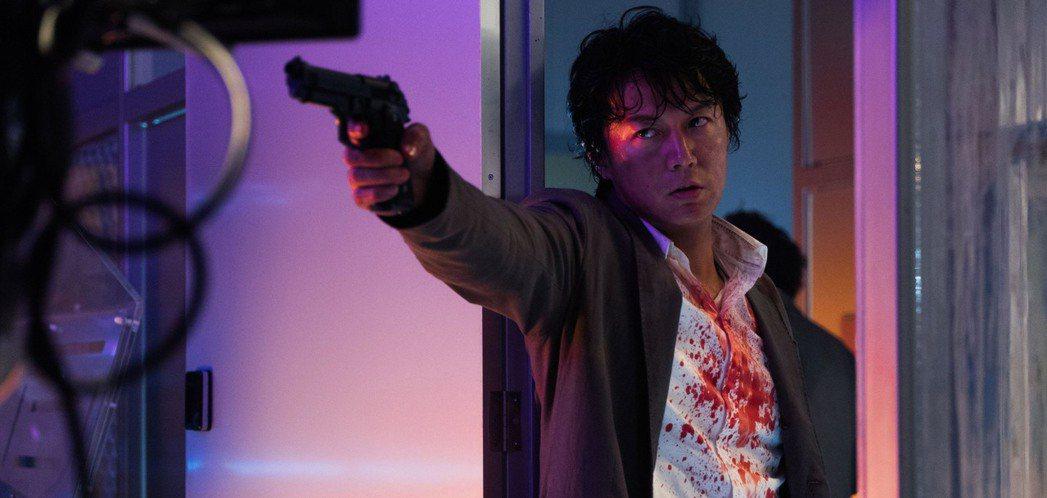 福山雅治在「追捕」中染血開槍。圖/華映提供