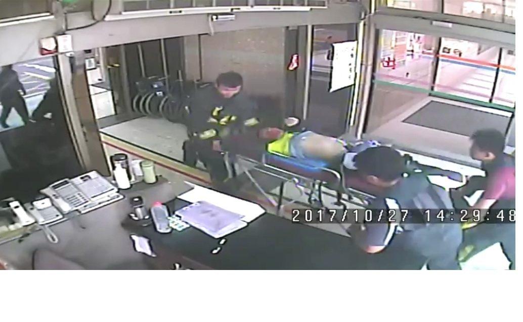 林姓消防員被送入醫院。記者郭宣彣/翻攝