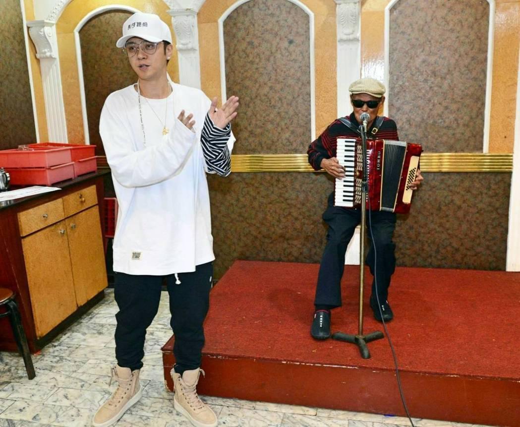 羅志祥邀李炳輝到慶功宴上演唱。圖/八大提供